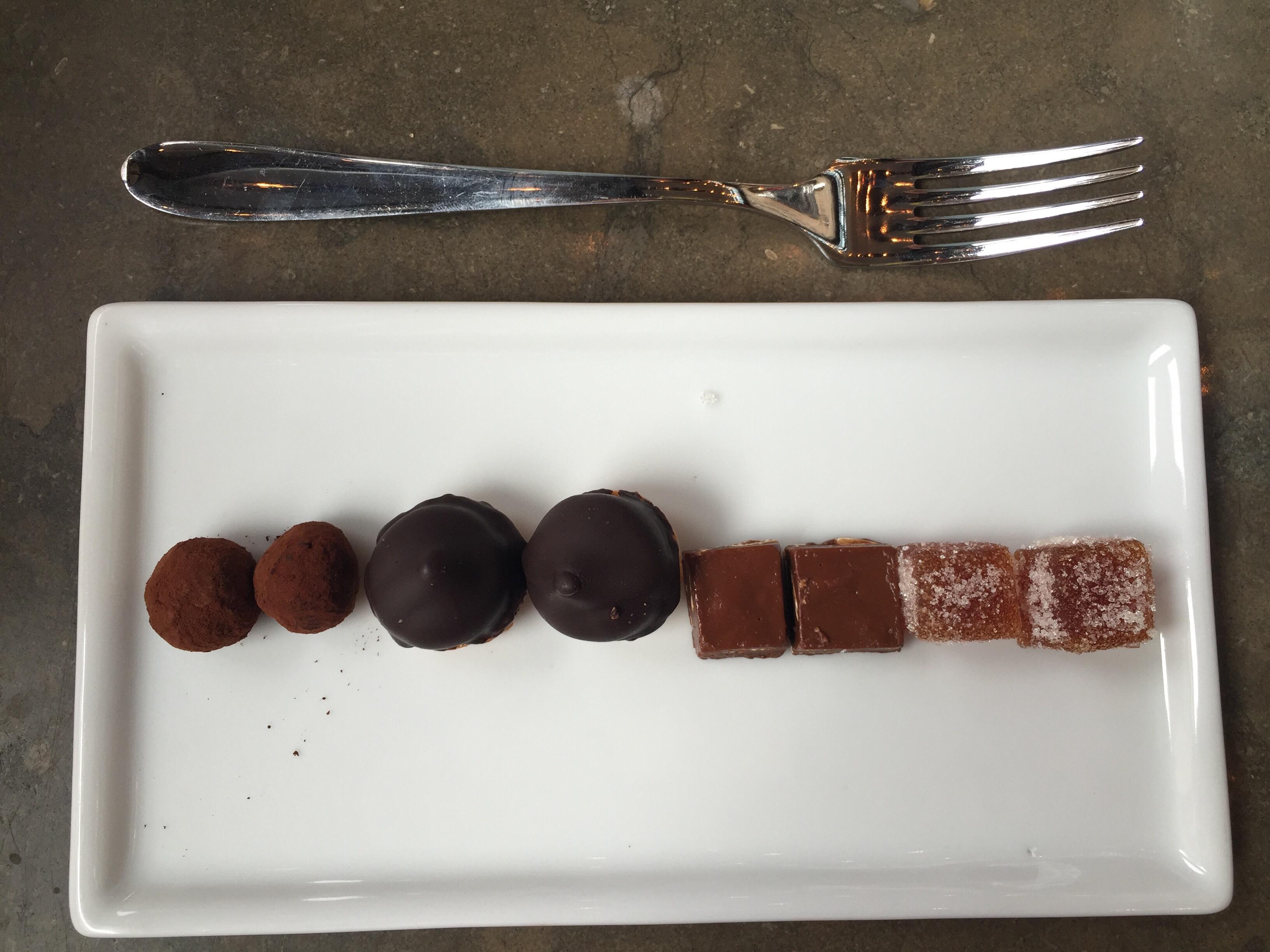 Idag på Riche hittade jag Mignardise på menyn och jag hade inte en aning om vad det var. Det visade sig vara en samling av totalt åtta sötsaker och bakverk i miniformat. Eftersom jag är glutenintolerant...