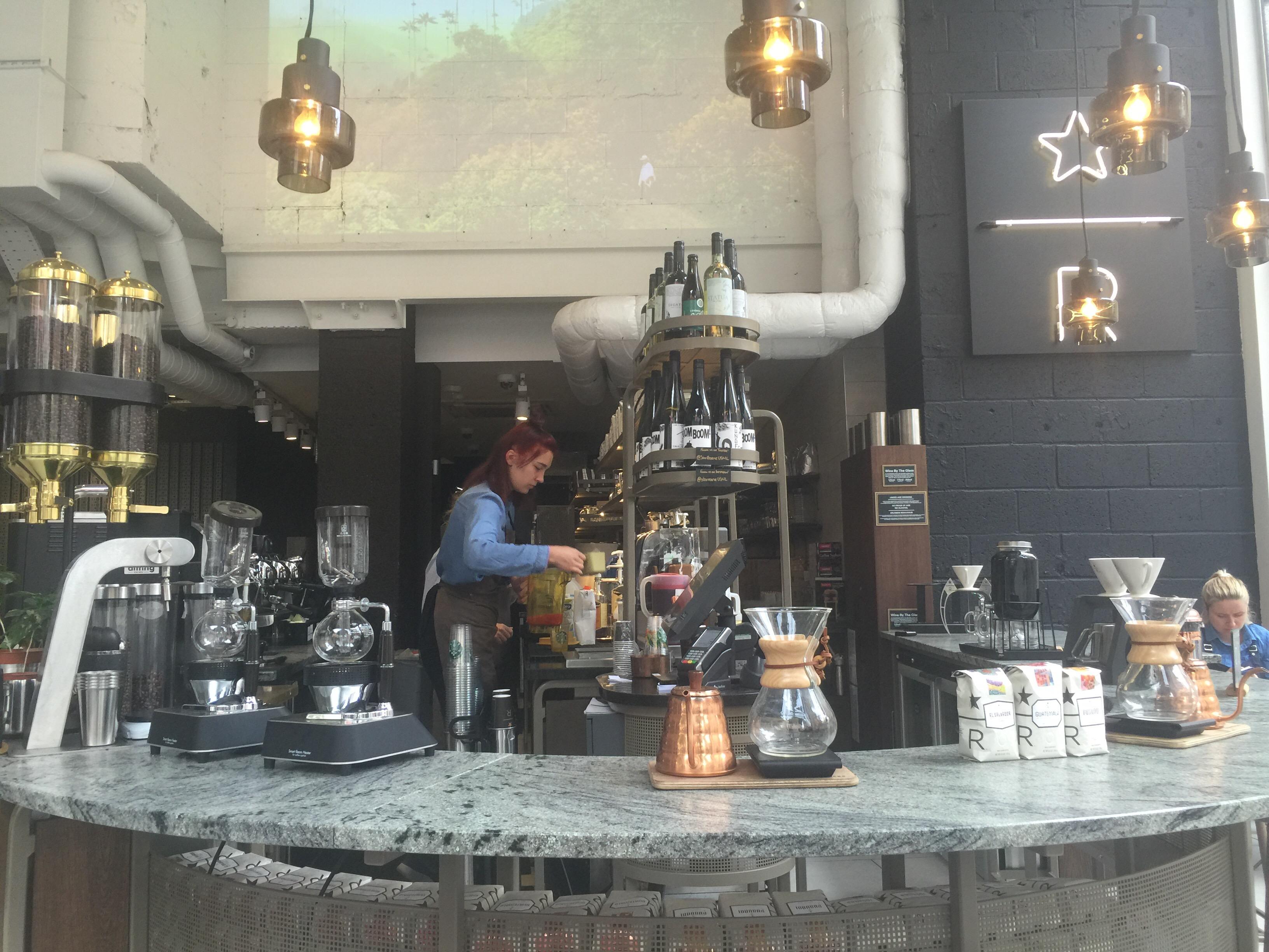 Starbucks är en kafékedja som ständigt förnyar sig, nu senaste med premiumkonceptet Reserve. På Litchfield Street i Londons Covent Garden finns Europas första Starbucks Reserve, där du har bordsservering...