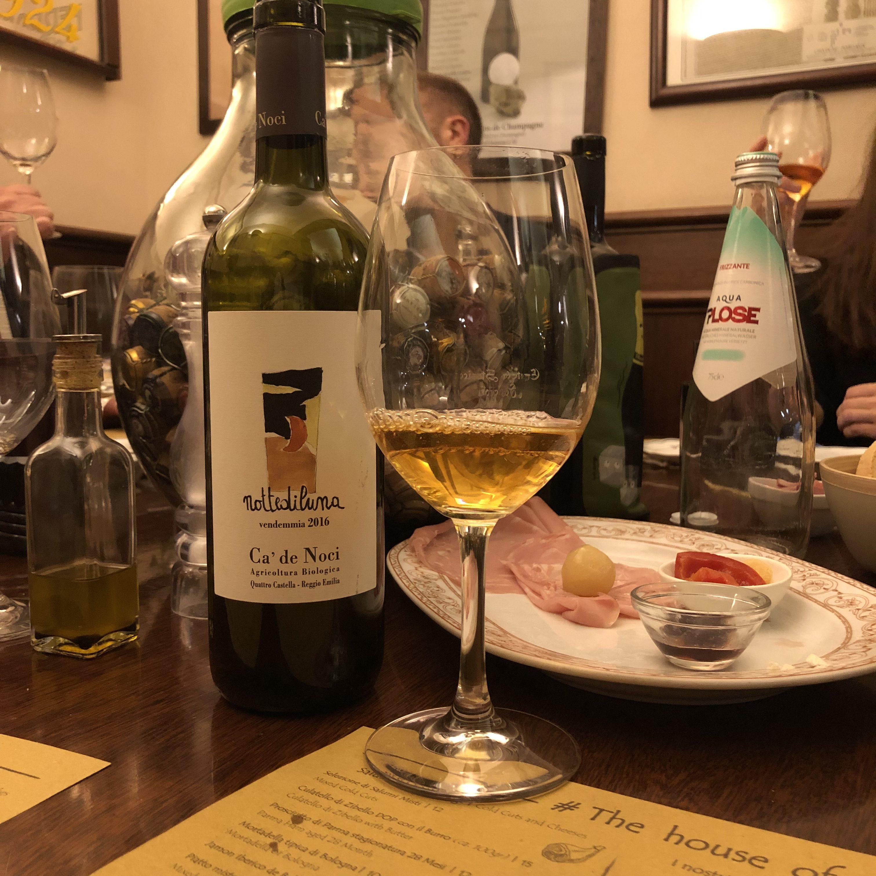 Du som åker till Bologna får inte missa naturvinsbaren Enoteca Storica Faccioli! Orange viner stötte jag på första gången på baren Dandelyan på lyxhotellet Mondrian i London. Sedan dess har jag...