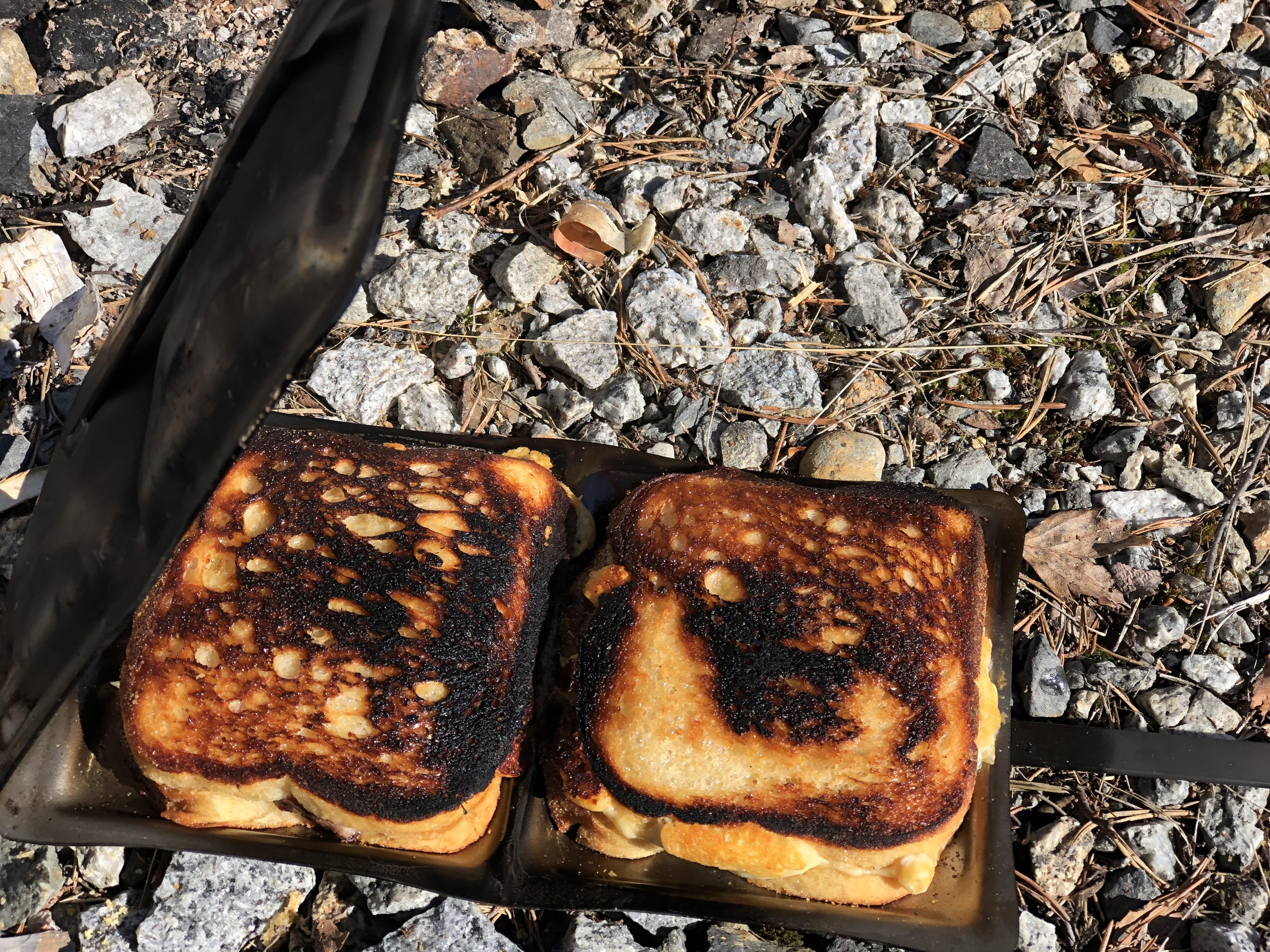 I påsk kände jag ett starkt behov av varma mackor gjorda över öppen eld. Det går ju att lösa! Jag jagade iväg hela familjen dryga fem mil (nästgårds) till Sorsele, för där finns Eldmark. Eldmark...